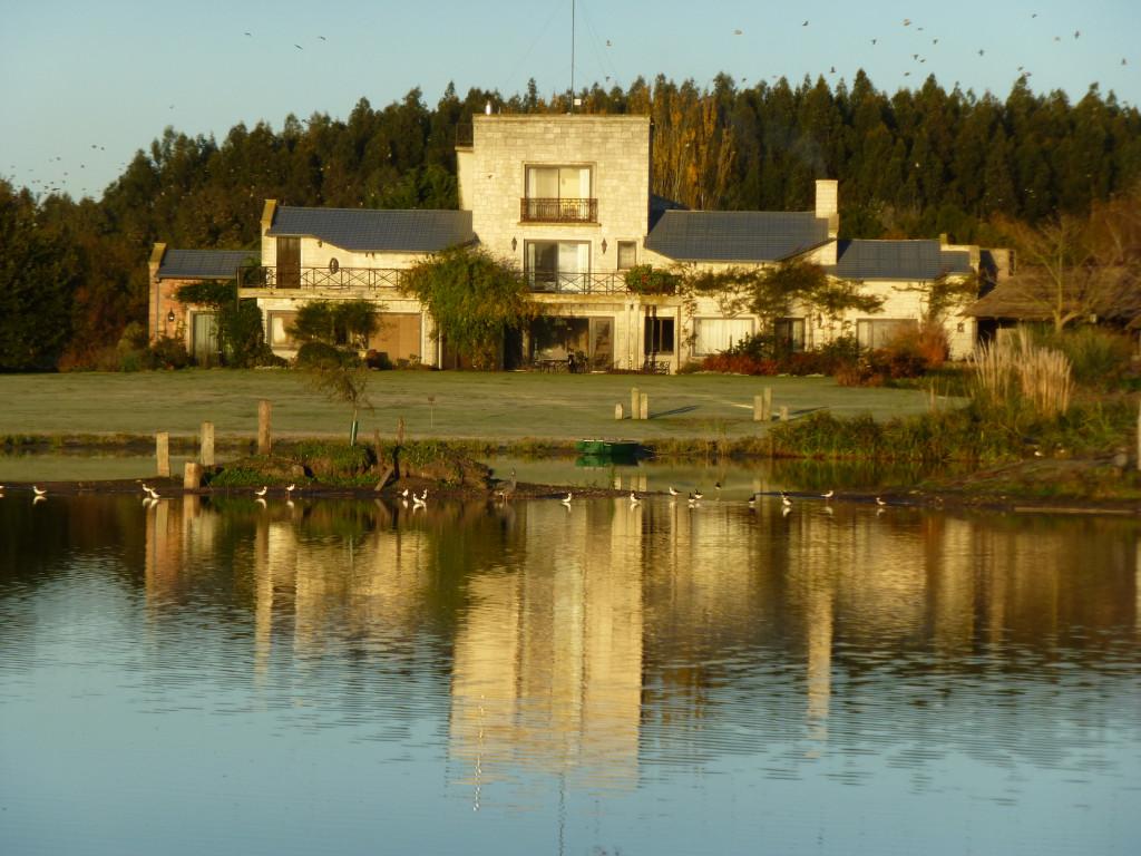 La casa de Grigadale reflejada en la laguna en una mañana otoñal.