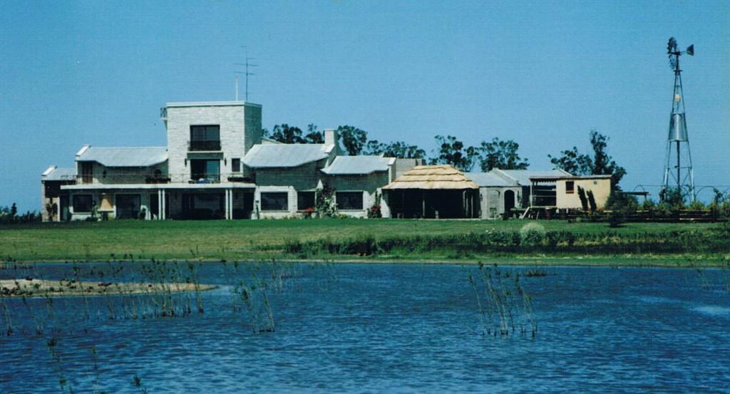 La casa recién terminada, vista desde la laguna